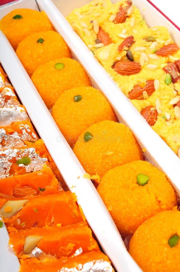 Indische Bonbons im Kasten lizenzfreie stockbilder