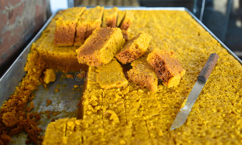 Indische Bonbons - Mysore PAK in einem Süßwarengeschäft lizenzfreie stockfotografie