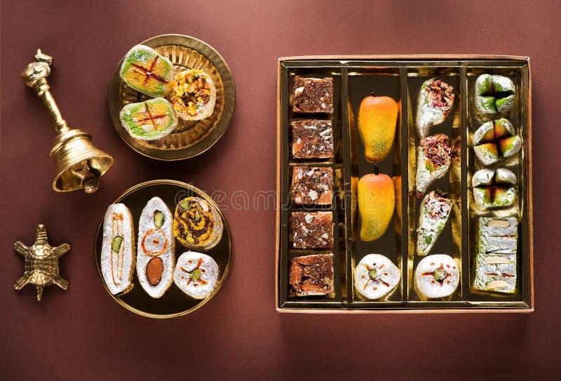 Indische Bonbons und Mithai in einem Kasten und in einer Platte stockbild