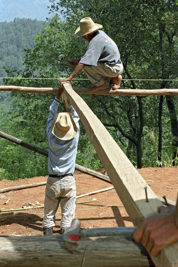 Indische bouwvakkers die in hooglanden werken stock fotografie
