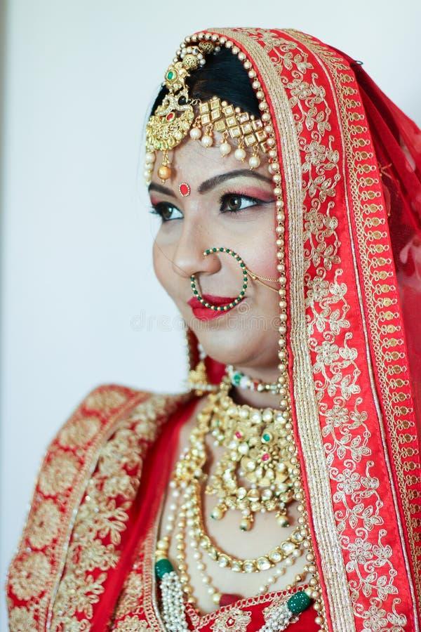 Indische Braut in der traditionellen Abnutzung - Indien, Ahmedabad lizenzfreies stockfoto