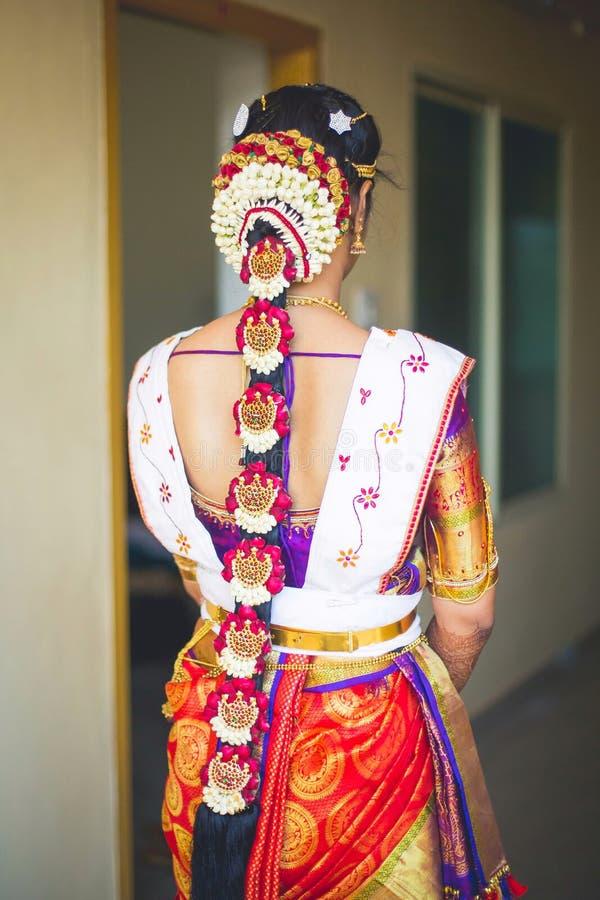 Indische Braut in einem Hochzeitssari stockfotos