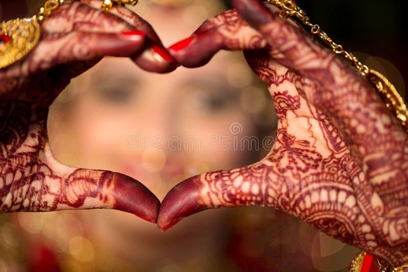 Indische Braut machen Herz-Form durch ihre Hand stockfotografie