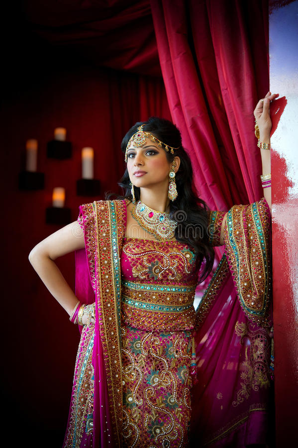 Download Indische Braut-Stellung stockfoto. Bild von artsy, indien - 21559256