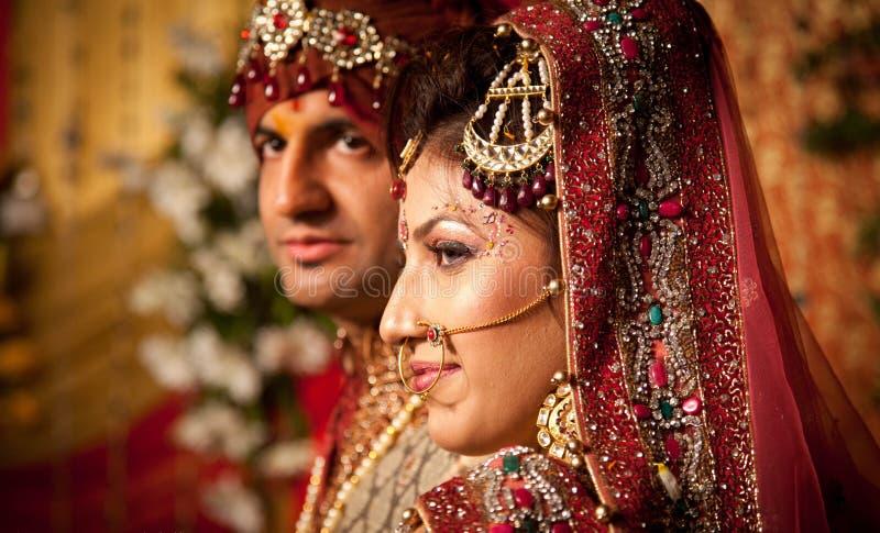 Indische bruid en bruidegom stock fotografie