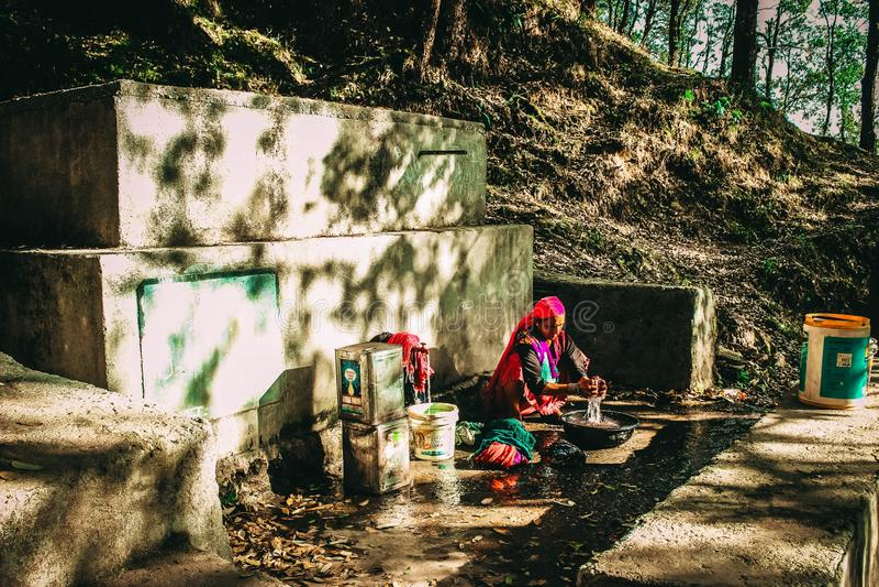 Indische dame die handwasserij doen stock afbeeldingen