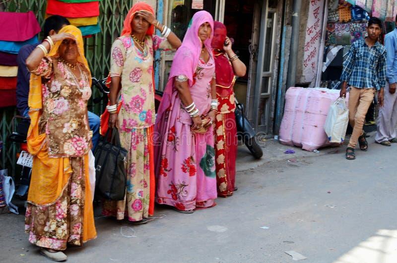 Indische Damen in den traditionellen Sari, Jodhpur, Indien stockbilder