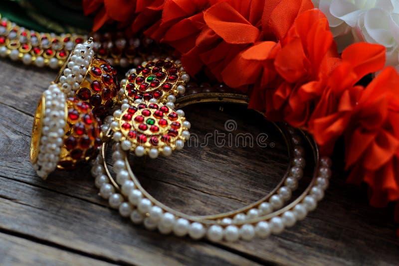Indische Dekorationen für das Tanzen: Armbänder, Ohrringe, Elemente des indischen klassischen Kostüms für tanzendes bharatanatyam lizenzfreie stockbilder