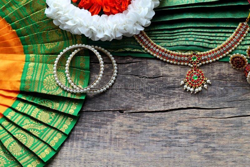 Indische Dekorationen für das Tanzen: Armbänder, Ohrringe, Elemente des indischen klassischen Kostüms für tanzendes bharatanatyam lizenzfreie stockfotos