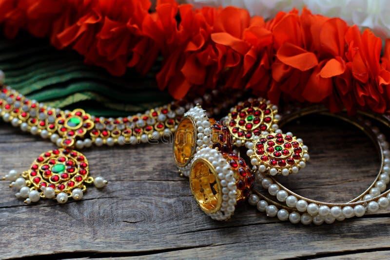 Indische Dekorationen für das Tanzen: Armbänder, Ohrringe, Elemente des indischen klassischen Kostüms für tanzendes bharatanatyam stockfoto