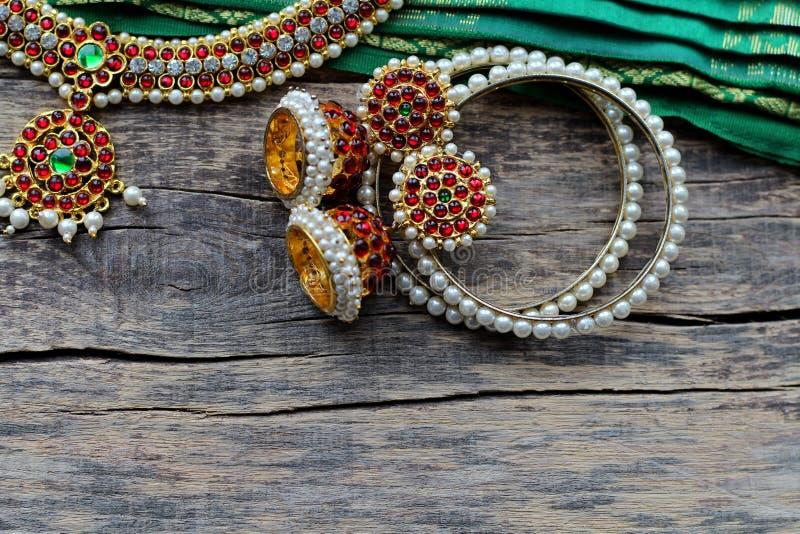 Indische Dekorationen für das Tanzen: Armbänder, Ohrringe, Elemente des indischen klassischen Kostüms für tanzendes bharatanatyam stockbild