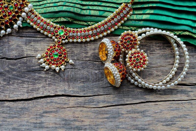 Indische Dekorationen für das Tanzen: Armbänder, Ohrringe, Elemente des indischen klassischen Kostüms für tanzendes bharatanatyam stockbilder