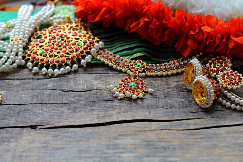 Indische Dekorationen für das Tanzen: Armbänder, Ohrringe, Elemente des indischen klassischen Kostüms für tanzendes bharatanatyam stockfotos