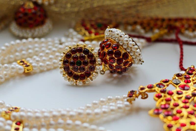 Indische Dekorationen für das Tanzen: Ohrringe, Goldschal und Dekoration auf dem Hals und auf dem Kopf Indischer klassischer Tanz stockbild