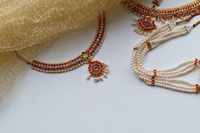 Indische Dekorationen für das Tanzen: Ohrringe, Goldschal und Dekoration auf dem Hals und auf dem Kopf Indischer klassischer Tanz lizenzfreie stockfotos