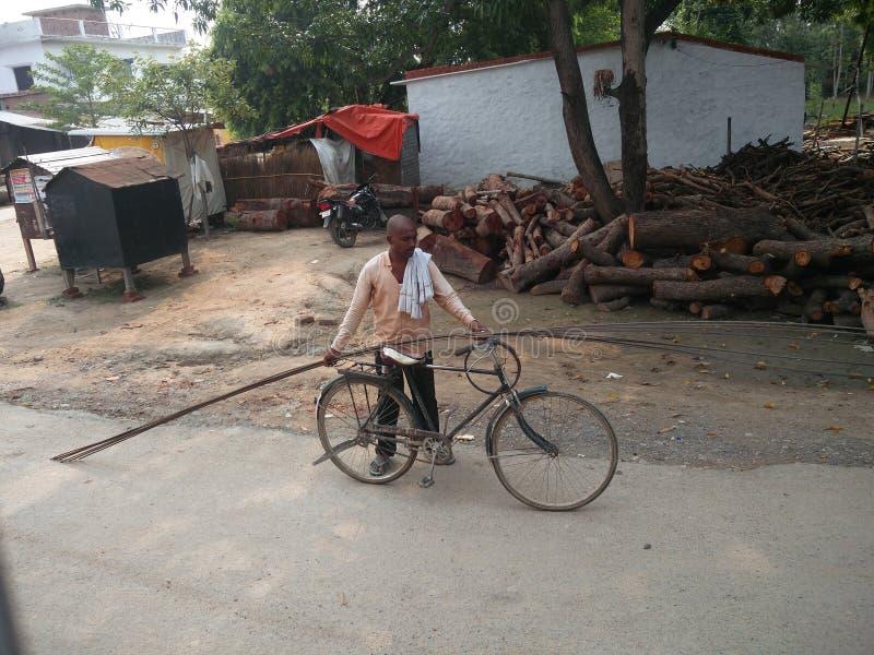 Indische Dorfstraßenseitenbilder und -leute stockfoto