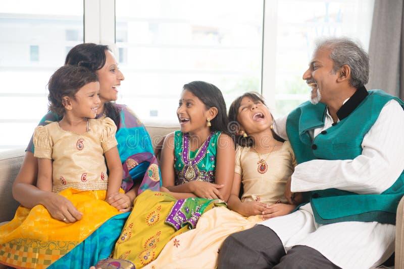 Indische familie binnen royalty-vrije stock foto