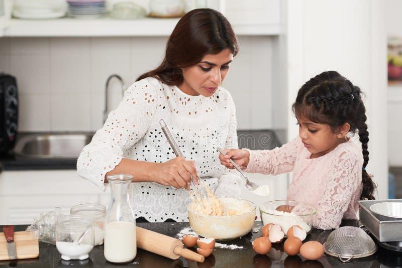 Indische Familie eingewickelt, oben beim Kochen stockbild