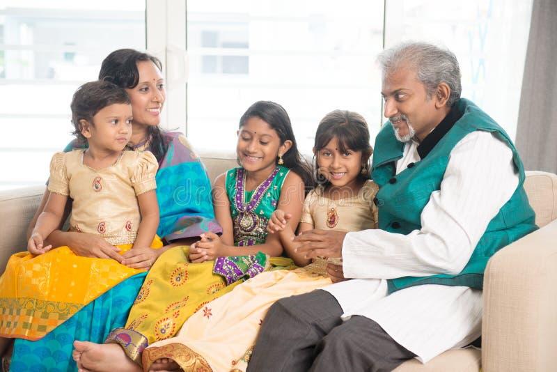 Indische Familie zu Hause lizenzfreies stockbild