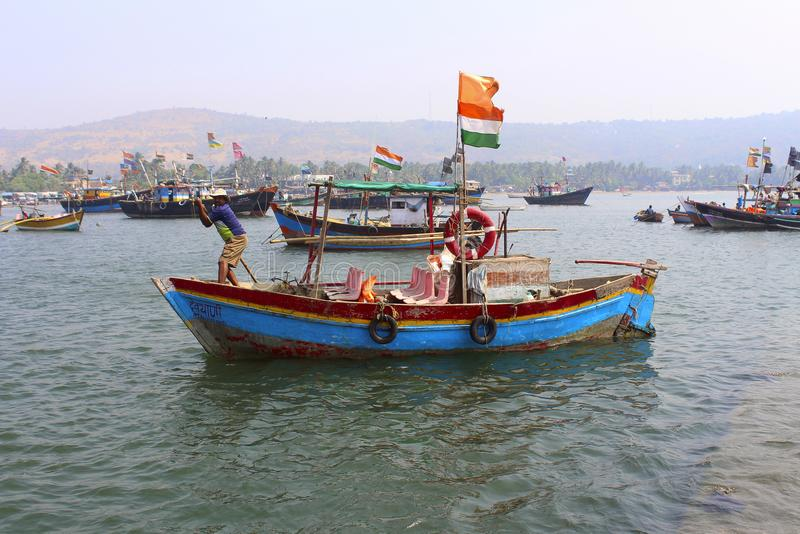 Indische Fischer und Trikolore mit seinem Boot, Harne bandar, Fatehgad, Kokan lizenzfreie stockfotografie