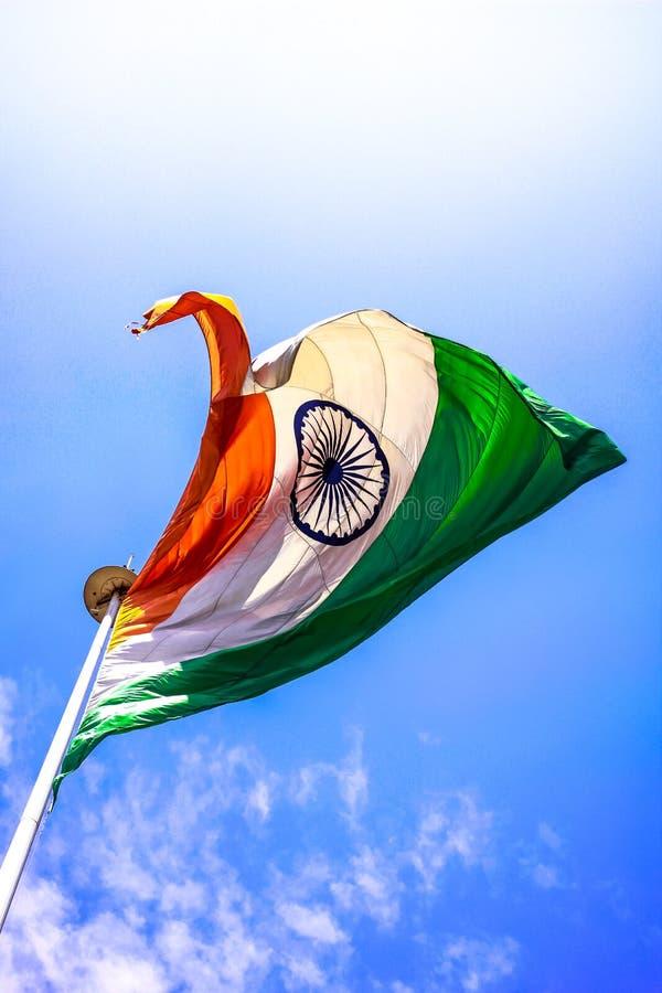 Indische Flagge - fliegendes hohes in der Luft lizenzfreies stockbild