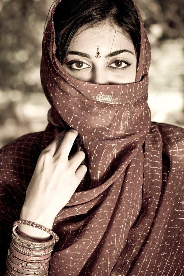 Indische Frau Sitzt Auf Dem Boden Mit Nackter Fotze