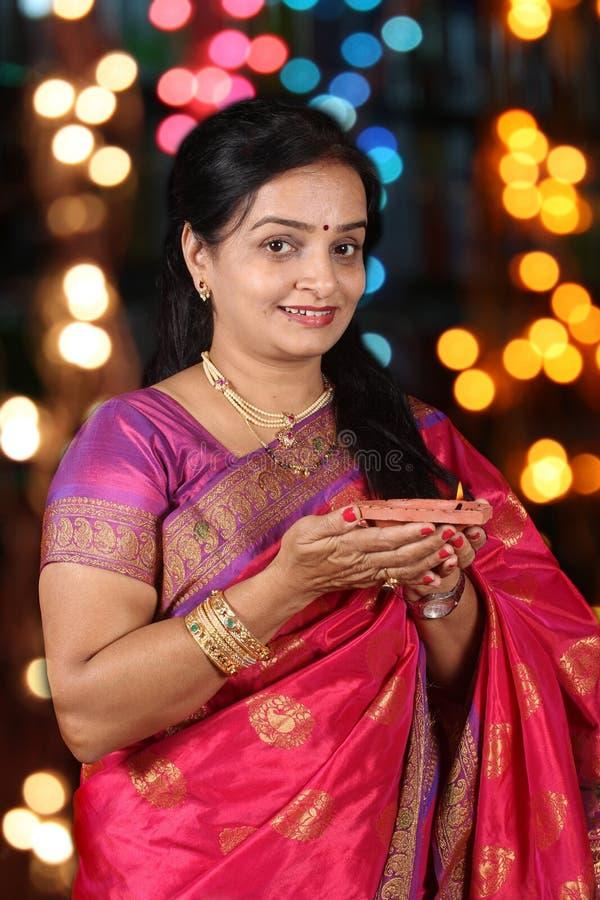 Indische Frau beim Diwali Festival lizenzfreie stockbilder