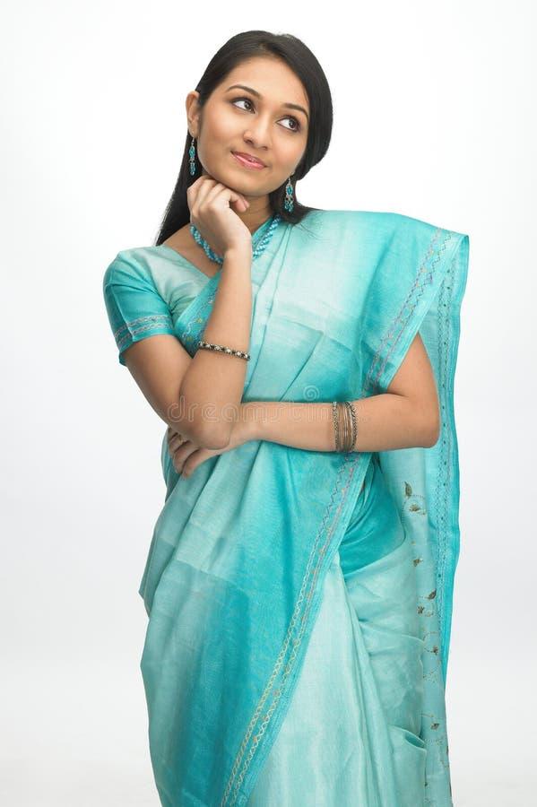 Indische Frau in der Sari mit denkendem Ausdruck lizenzfreie stockfotografie