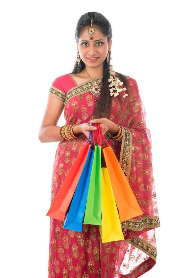 Indische Frau, die Einkaufstaschen hält lizenzfreie stockfotografie
