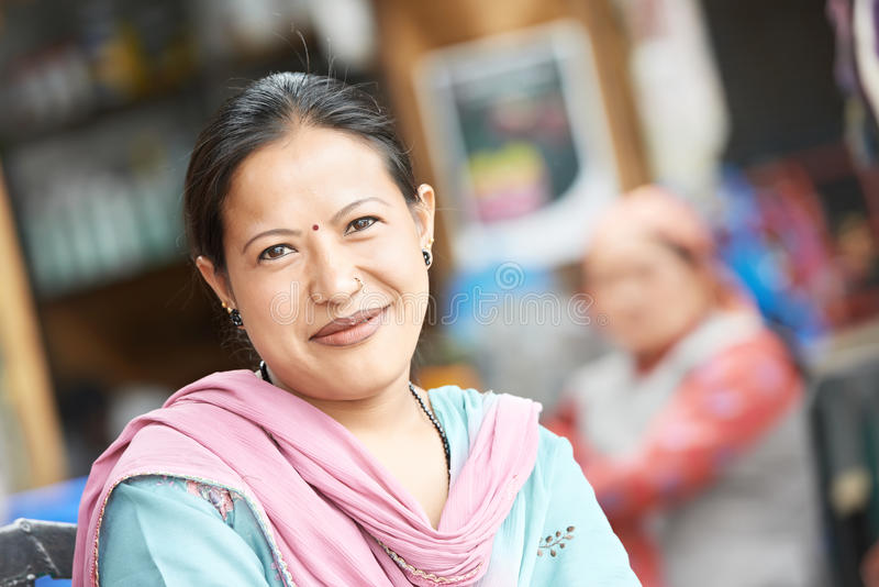 Indische Frau in einem Sari-Lächeln stockfoto