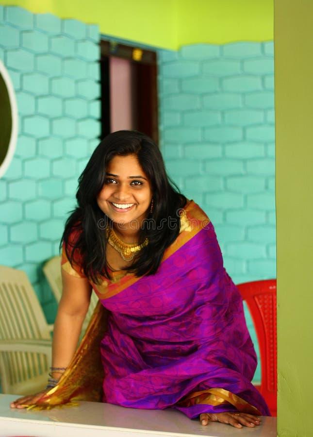 Indische Frau im purpurroten verbiegenden und stehenden Saree lizenzfreies stockbild