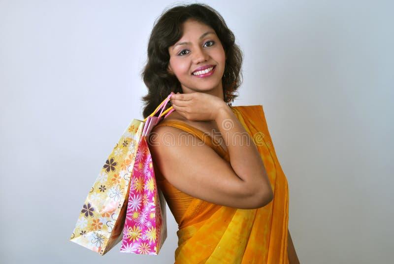 Indische Frau im Saree mit Einkaufenbeuteln lizenzfreies stockfoto