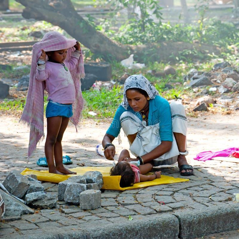 Indische Frau im Sari wendet Sorgfalt über ihre Kinder an Kerala, Indien stockfoto