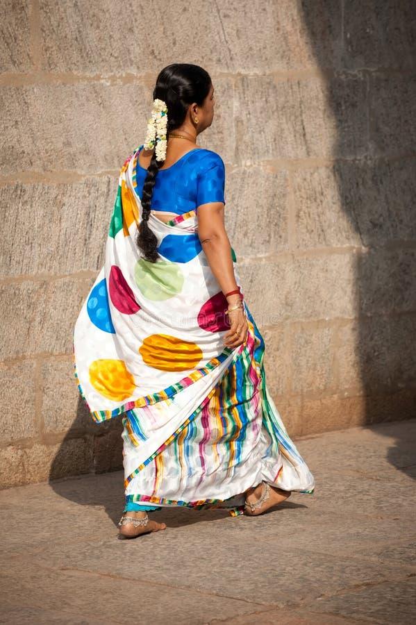 Indische Frau im traditionellen bunten Sari und in den Armbändern, die zur hindischen religiösen Feier gehen stockbilder