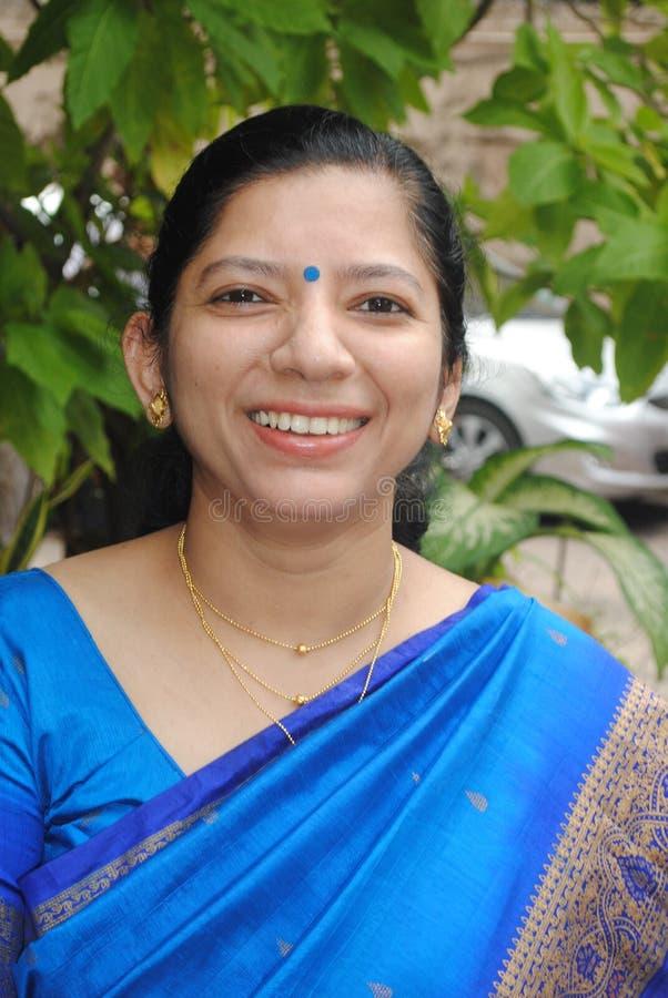Indische Frau im traditionellen Saree-II lizenzfreie stockbilder