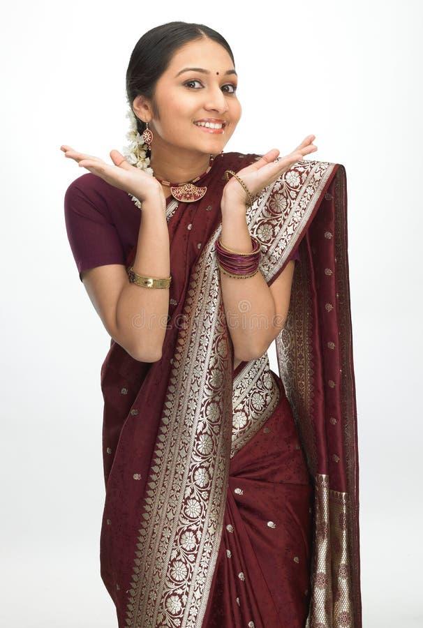 Indische Frau mit feinem Handausdruck lizenzfreies stockbild