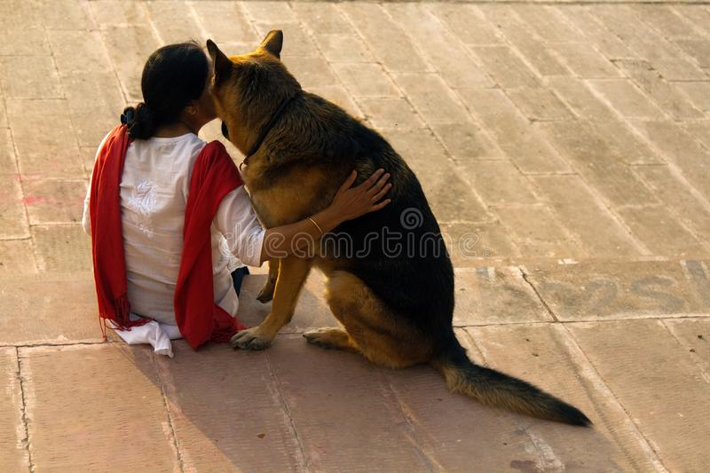 Indische Frau mit ihrem eigenen Hund, Schäferhund lizenzfreies stockfoto
