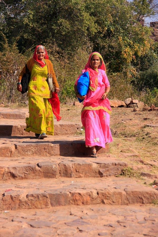 Indische Frauen in den bunten Sari gehend an Ranthambore-Fort, Indi lizenzfreie stockbilder