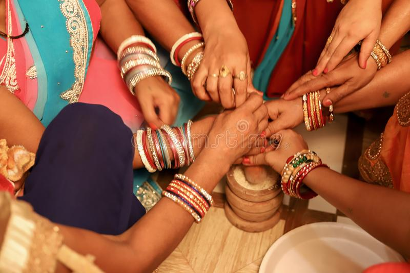 Indische Frauen, die hindische Heiratsrituale tun stockfoto