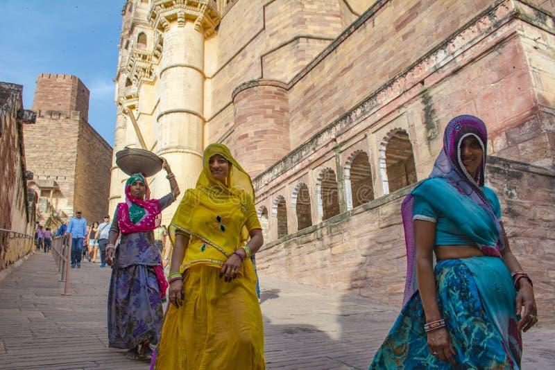 Indische Frauen gehen vom Schloss heraus stockbild