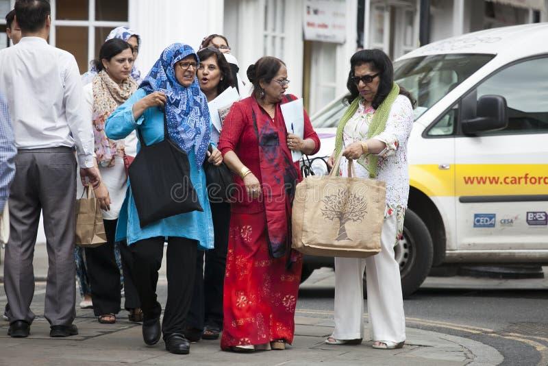 Indische Frauen sind auf Ziegelstein-Weg lizenzfreie stockfotos