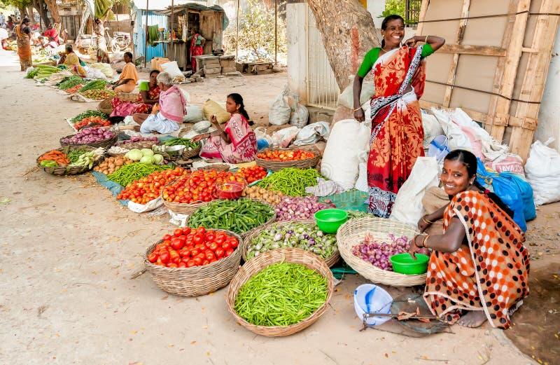 Indische Frauen verkaufen Gemüse am Straßenmarkt von Puttaparthi lizenzfreie stockfotos