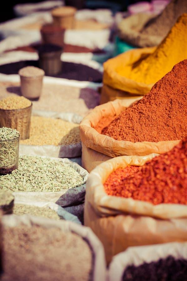Indische gekleurde kruiden bij lokale markt. stock foto's
