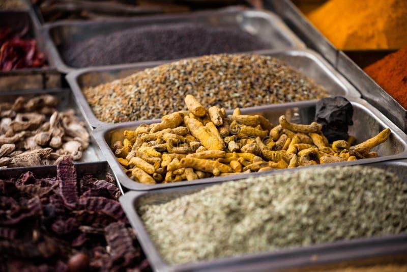 Indische gekleurde kruiden bij lokale markt. stock foto