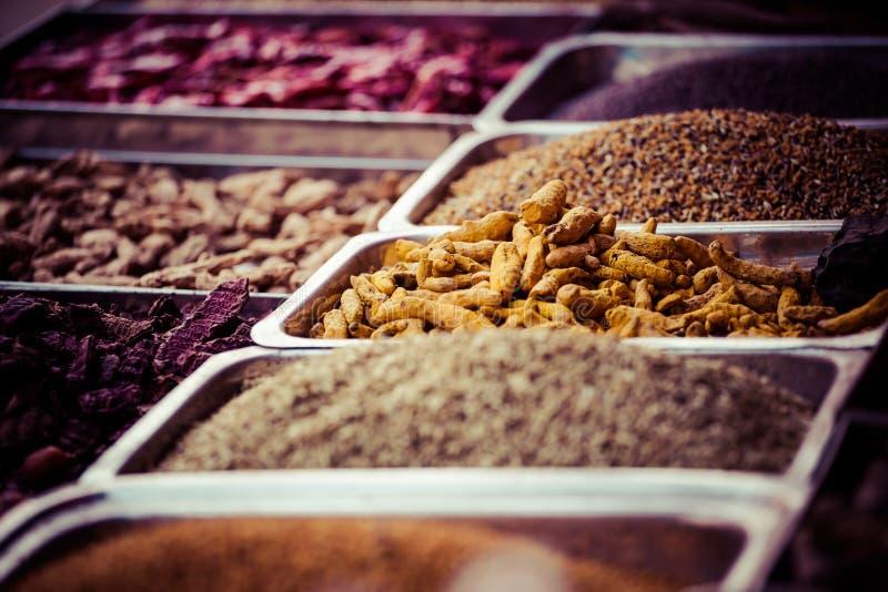 Indische gekleurde kruiden bij lokale markt binnen, India royalty-vrije stock foto