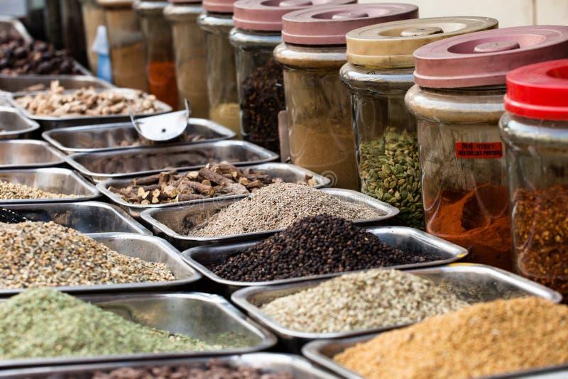 Indische gekleurde kruiden bij lokale markt binnen, India stock afbeeldingen