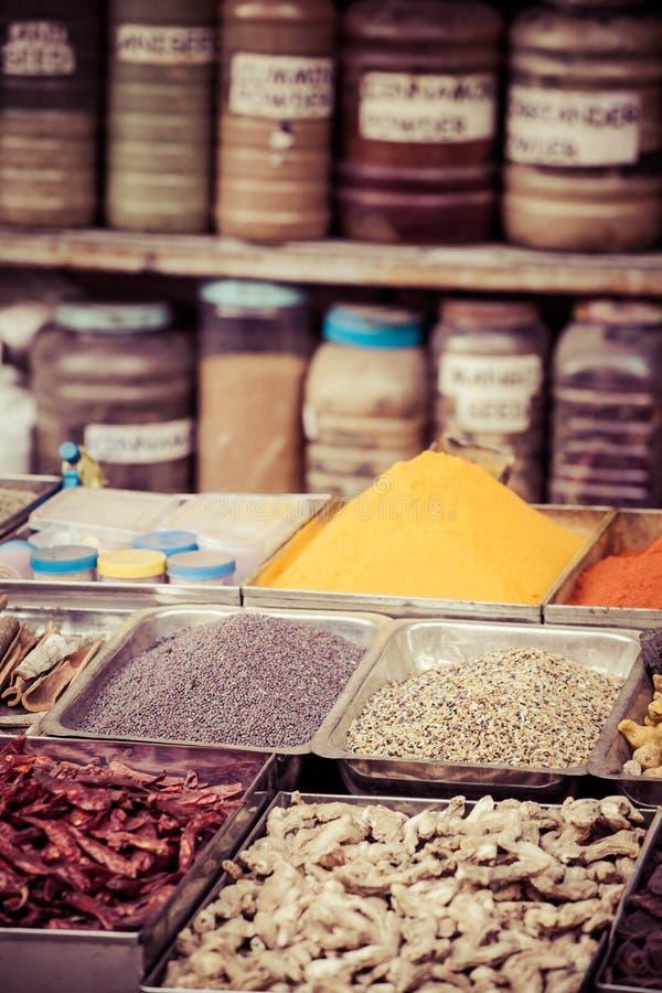 Indische gekleurde kruiden bij lokale markt in Goa, India royalty-vrije stock fotografie