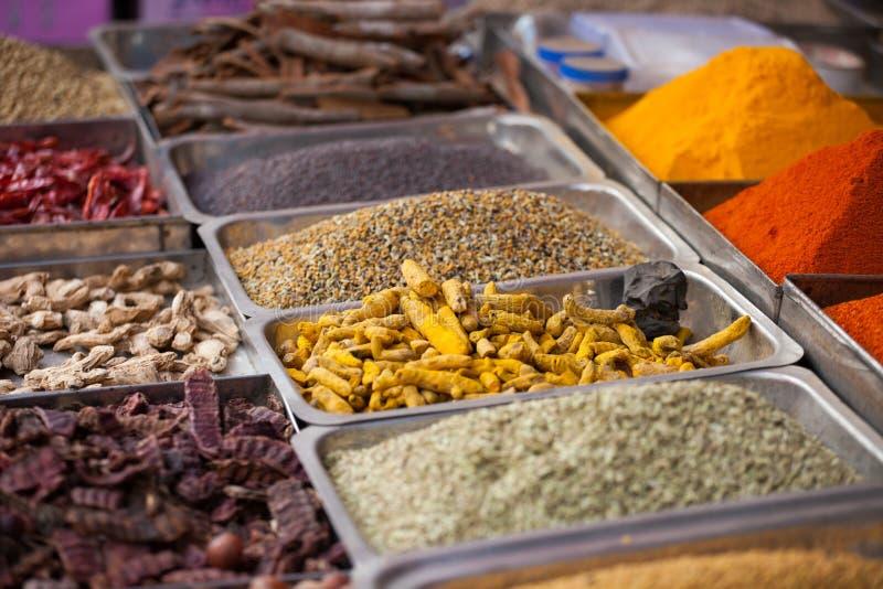 Indische gekleurde kruiden bij lokale markt in Goa, India stock afbeelding