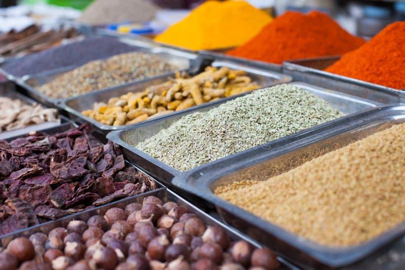 Indische gekleurde kruiden bij lokale markt in Goa, India stock fotografie