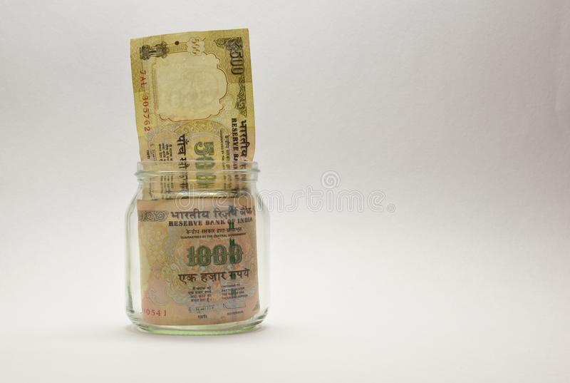 Indische Geld of Roepie of munt of bankbiljetten in glaskruik stock foto's